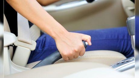 Ce se întâmplă dacă tragi frâna de mână în mers? Ce poți păți?