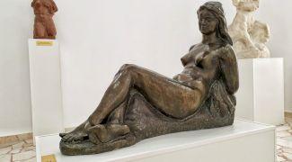 Artistul cu o mână. Cine este celebrul artist român care a sculptat numai cu o mână?