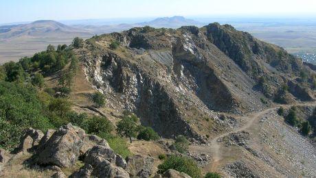 Care este singurul loc din România unde se găsesc roci pe care călcau dinozaurii?