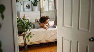 De ce nu e bine să dormi cu plante în cameră? Cum afectează plantele somnul?