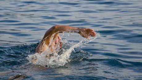 Este adevărat că înotatul cu stomacul plin poate duce la deces?