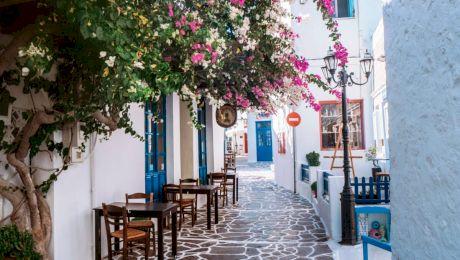 De ce ușile și obloanele caselor din Grecia sunt albastre?