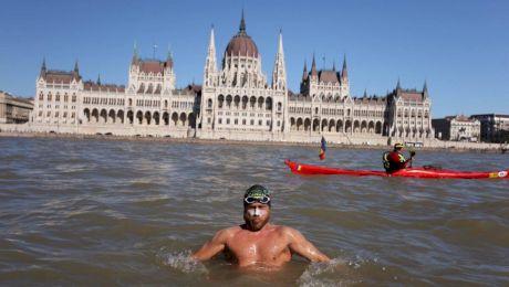 Un român a înotat Dunărea de la izvor la vărsare. Câte zile i-au trebuit?